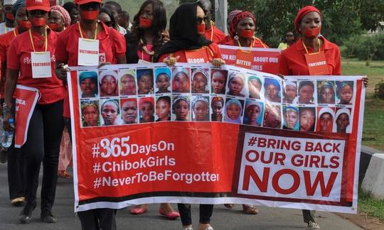Tuần hành ở TP Lagos - Nigeria nhân dịp 1 năm ngày xảy ra vụ Boko Haram bắt cóc 219 nữ sinh Ảnh: EPA