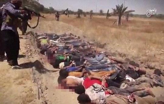 Hình ảnh vụ thảm sát ở Tikrit vào năm ngoái do chính IS tung ra. Ảnh: Daily Mail