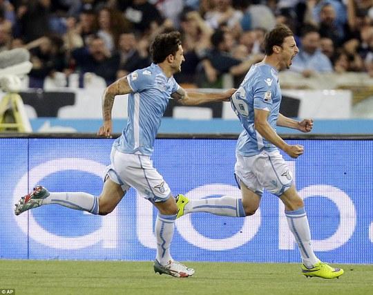Radu (phải) mở tỉ số cho Lazio