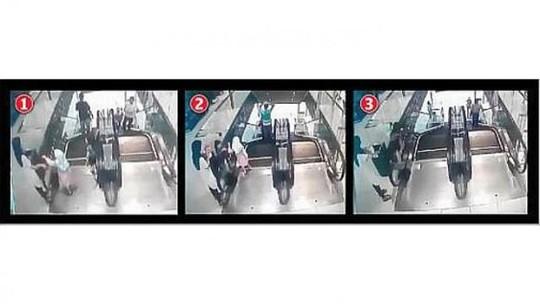 Hình ảnh từ máy quay cho thấy bé gái chơi ở thang máy trong khi mẹ và chị cũng ở đó. Ảnh: The Star