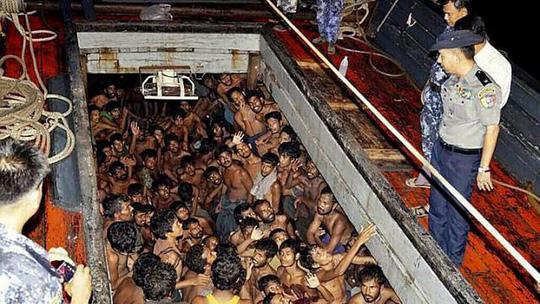 Có ít nhất 8 người Rohingya Hồi giáo trong số 200 người di cư được hải quân Myanmar giải cứu. Ảnh: EPA