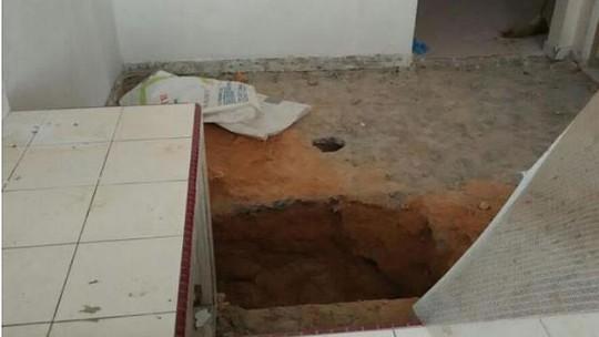 Chiếc hố dưới sàn bếp - nơi chôn xác bé gái