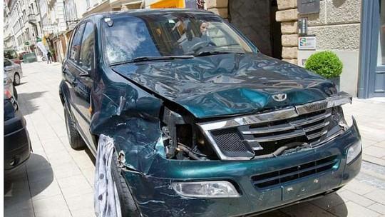 Chiếc xe móp méo sau vụ việc. Ảnh: EPA