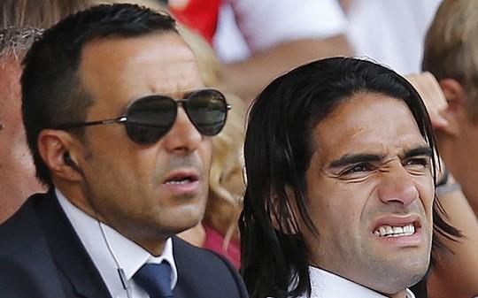 Falcao (phải) được ông Mendes đưa đến Chelsea dù vừa trải qua 1 mùa tệ hại trong màu áo M.U