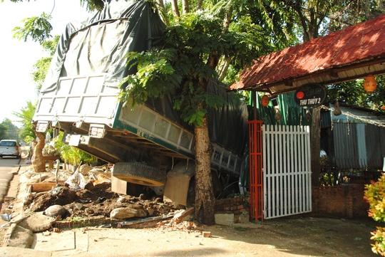 Chiếc xe tải lao qua vỉa hè tông sập cửa hàng bán cây cảnh