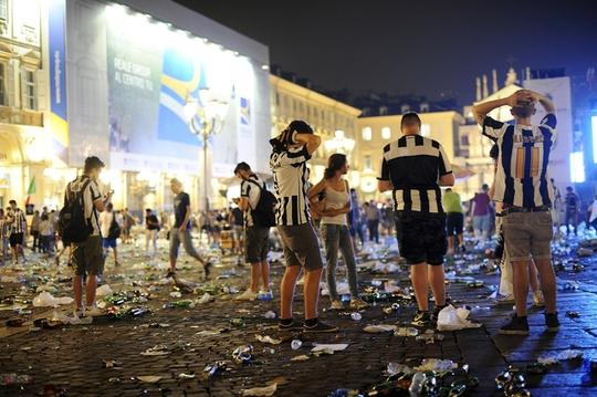 Trongkhi đó, người hâm mộ Juventus tại Turin, Ý thì chìm trong nỗi thất vọng cùng cực