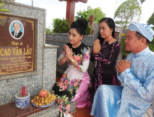 Nghệ sĩ Phượng Loan và Tiến sĩ - nghệ sĩ đàn tranh Hải Phượng, thạc sĩ Huỳnh Khải viếng mộ nhạc sĩ Cao Văn Lầu