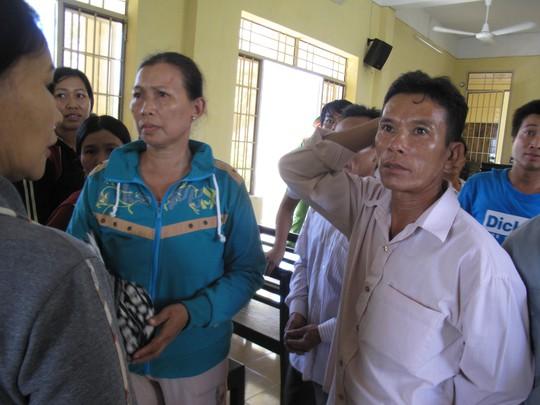 Bị cáo Ly ngỡ ngàng trước bản án do TAND huyện Vạn Ninh dành cho mình