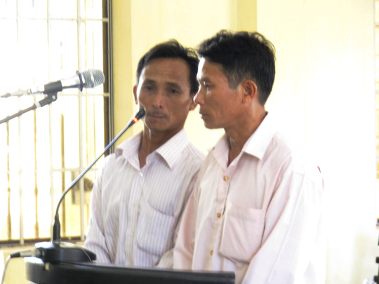 Hai bị cáo Ly (bên phải) và Tâm tại phiên tòa sơ thẩm ngày 2-6