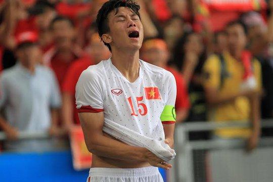 Đội trưởng Quế Ngọc Hải khóc nấc sau trận
