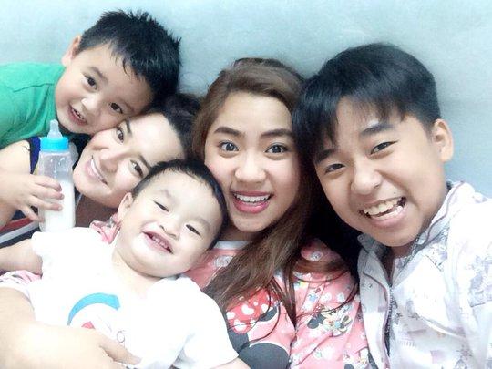 Bé Châu Bảo (bìa phải) và ca sĩ Châu Ngọc Linh, Châu Ngọc Tiên, với hai cháu ngoại của NS Châu Thanh