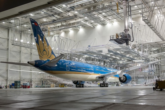 Máy bay Boeing 787-9 Dreamliner vừa được hoàn thiện sơn ngoại thất trong xưởng sơn của Boeing tại Paine Field, Washington, Mỹ