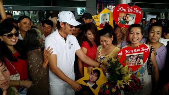 NSƯT Kim Tiểu Long trong vòng vây khán giả chào đón anh tại sân bay Tân Sơn Nhất