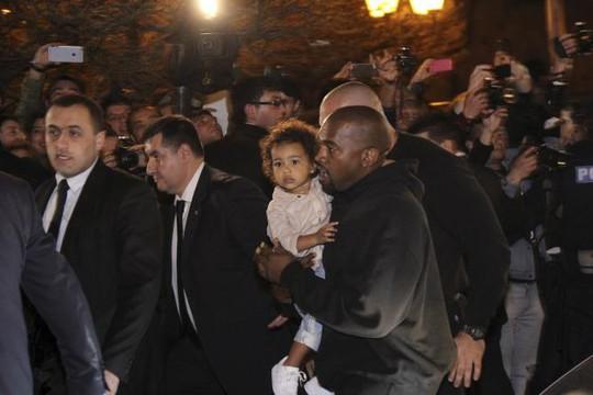 Rapper Kanye West bế con gái North khi đến Yerevan, thủ đô Armenia để sự kiện cùng Kim Kardashian hôm 8-4. Ảnh: Reuters