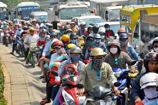 Nhiều gia đình chọn phương tiện xe máy để đi lại đoạn đường dài quả là không an toàn