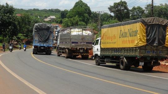 Xe tải kẹt gần 3 giờ trên Quốc lộ 14, sau khi xảy ra tai nạn vào sáng 11-6.