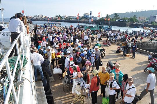 Do nắng nóng kéo dài, lượng du khách ra đảo Lý Sơn (tỉnh Quảng Ngãi) tăng cao khiến bến tàu luôn quá tải Ảnh: Tử Trực