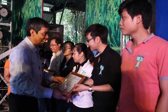 Ông Nguyễn Văn Khải, Phó Chủ tịch Thường trực LĐLĐ TP HCM,  tặng giấy khen cho các điển hình