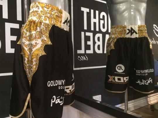 Chiếc quần nạm vàng, kim cương của Amir Khan giá 30.000 USD