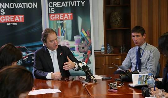 Ông Hugo Swire (trái) cho biết dự luật chống buôn người sẽ được trình lên Quốc hội phê duyệt ngay trong năm nay.