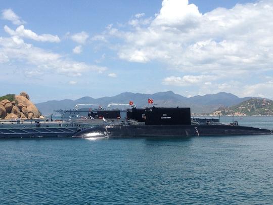 Bốn chiếc tàu ngầm neo tại quân cảng