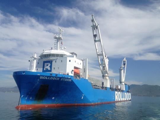 Tàu mẹ Rolldock Storm chuẩn bị xả nước đưa tàu ngầm ra