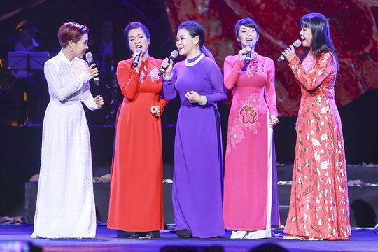 Khánh Ly hòa giọng cùng các đàn em trong ca khúc Gọi tên bốn mùa