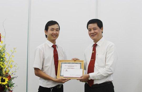 Ông Trương Đình Quý (bìa phải), Phó Tổng giám đốc Vinasun Corp, trao giấy khen cho lái xe Phạm Văn Hiếu