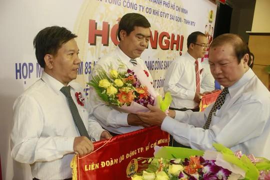 Ông Nguyễn Việt Cường, Phó Chủ tịch LĐLĐ TP, trao cờ thi đua của LĐLĐ TP cho các tập thể xuất sắc SAMCO