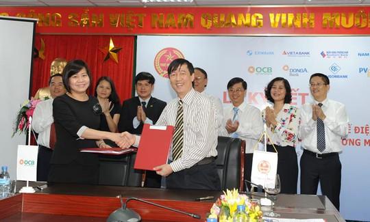 Bà Huỳnh Lê Mai – Phó Tổng Giám đốc, đại diện OCB và Ông Nguyễn Đại Trí –Phó Tổng cục trưởng, Tổng cục Thuế ký thỏa thuận hợp tác