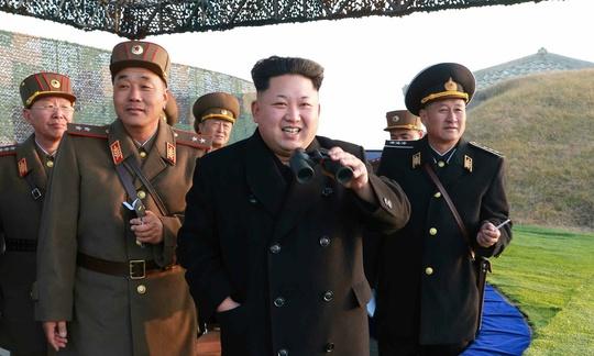 Ông Kim Jong-un trong một lần chỉ đạo tập trận. Ảnh: EPA