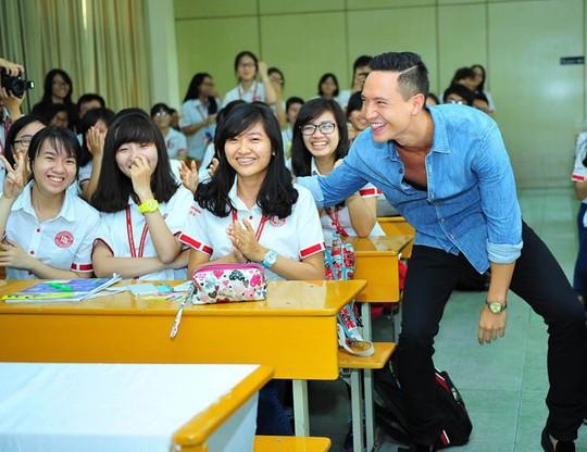 Kim Lý pha trò khiến nhiều sinh viên thích thú