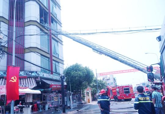 Vụ cháy làm nhiều người đang ăn cơm tấm uống cà phê ở tầng trệt chạy tán loạn