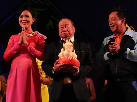 Danh hài Tùng Lâm xúc động khi nhận bánh mừng thọ của con cháu nghệ sĩ