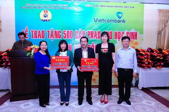 Bà Nguyễn Thị Thu Hồng (ngoài cùng bên trái) và ông Đào Minh Tuấn (ngoài cùng bên phải) cùng bà Phạm Phương Lan (thứ 2 từ phải sang) trao tượng trưng tấm biển tặng 500 cặp phao cứu sinh và 40 suất quà học bổng cho đại diện LĐLĐ tỉnh Lâm Đồng