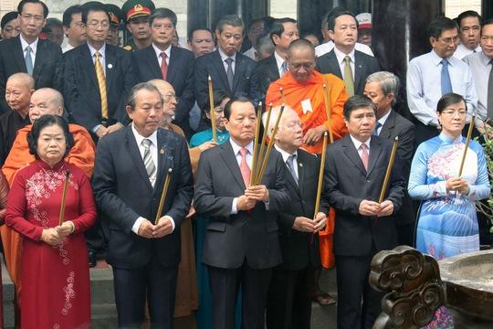 Các lãnh đạo TP HCM tưởng niệm vua Hùng