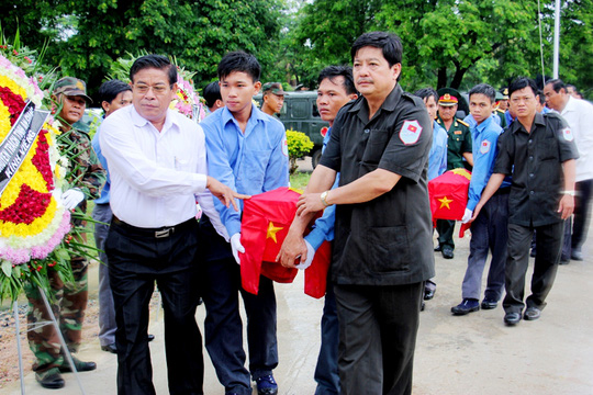 Ông Hồ Việt Hiệp, Phó Chủ tịch UBND tỉnh An Giang sang tận Campuchia tiếp nhận hài cốt liệt sĩ quân tình nguyện Việt Nam.