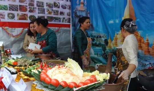 Nộm, lạp, xôi, mì cốt dừa đến từ Đại sứ quán Lào