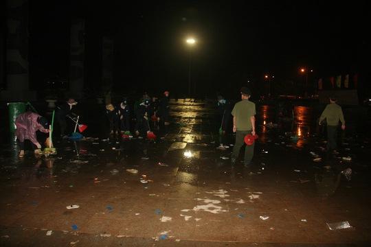Những người lao công lầm lũi dọn rác của hàng ngàn người dân xả ra sau buổi lễ