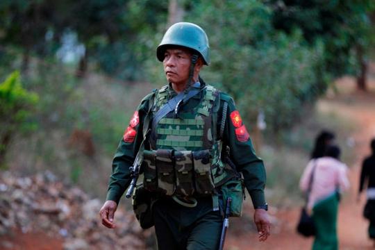 Một binh sĩ Myanmar ở vùng Lashio giáp biên giới với tỉnh Vân Nam, Trung Quốc. Quân đội Myanmar đã liên tục giao tranh với quân nổi loạn ở vùng này từ tháng 2, khiến bom đan rơi sang phần lãnh thổ Trung Quốc. Nguồn: Reuters