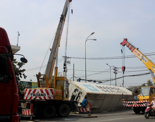 Lực lượng cứu hộ di dời phương tiện gặp nạn khỏi hiện trường để giảm ùn tắc