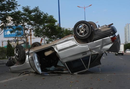 Đầu xe hư hỏng nặng sau cú va chạm