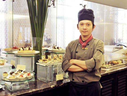 Đầu bếp Lê Vũ Bình, nhà hàng Le Café Lautrec thuộc khách sạn LOpera tại Hà Nội, 1 trong 7 đầu bếp người Việt tham dự chương trình, bên những món ăn của mình