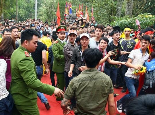 Lực lượng công an bảo vệ lễ hội can thiệp giữ trật tự tại lễ hội đền Gióng, huyện Sóc Sơn (Hà Nội). Ảnh: Zing