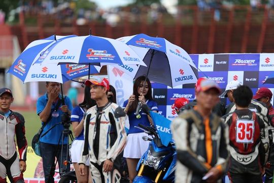 10 ngàn người cổ vũ cuồng nhiệt đua xe máy ở Cần Thơ