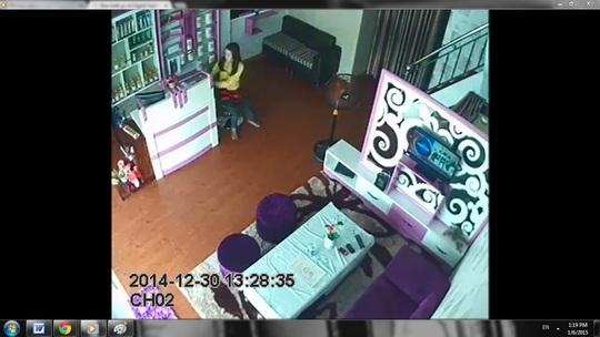 Linh đang mở tủ, trộm điện thoại tại một tiệm chuyên chăm sóc sắc đẹp ở TP Thủ Dầu Một