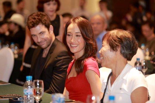 Đi cùng Maggie Q trong các sự kiện ở Việt Nam luôn có mẹ cô (bên phải) và hôn phu Dylan Mc Dermott