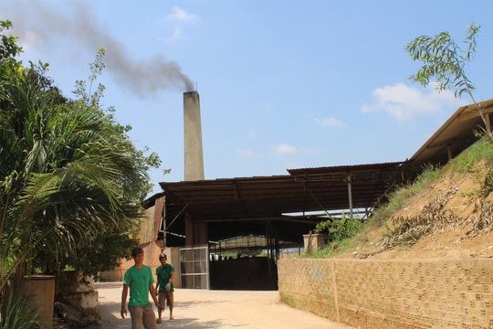 Hàng chục lò gạch nằm giữa khu dân cư thuộc xã An Hòa, TP Biên Hòa ngày đêm nhả khói