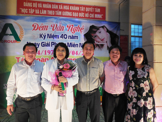 NSƯT Minh Vương và các đồng chí lãnh đạo tỉnh Long An trong đêm văn nghệ chào mừng 40 năm giải phóng miền Nam, thống nhất đất nước