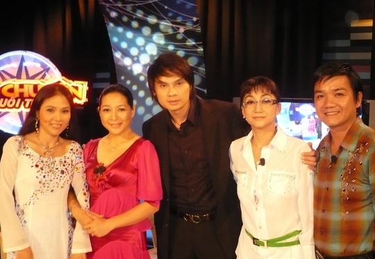 Nghệ sĩ Kim Tiểu Long bế con về thăm mẹ